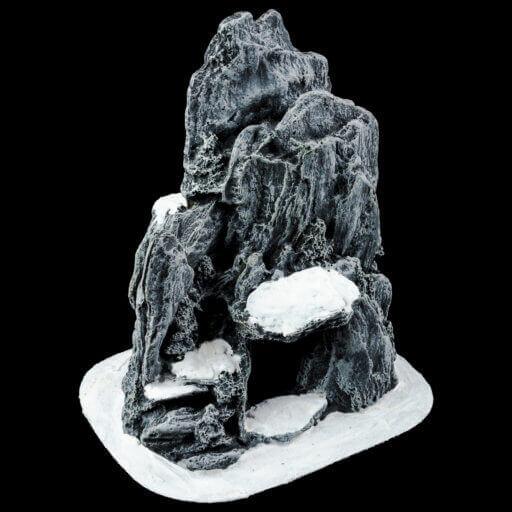 Kleine Höhle mit Schnee